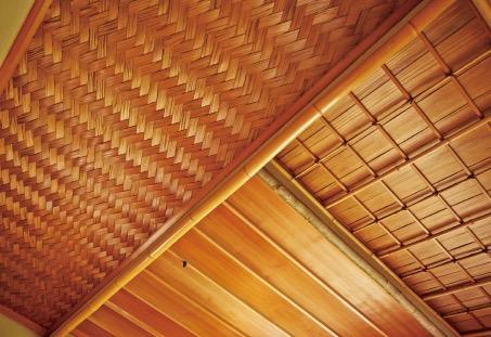 茶室の天井には、格天井や網代を組み合わせている