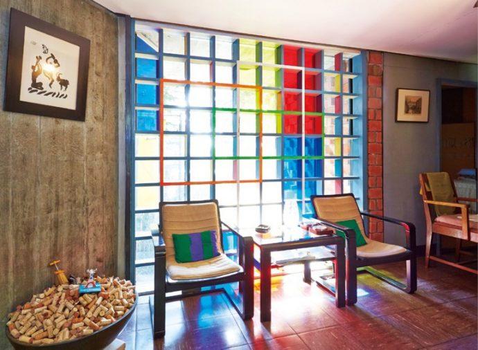 カラーガラス越しに陽光が差し込む。設計者・吉阪は師コルビュジエの遊び心を受け継いでいるかのよう