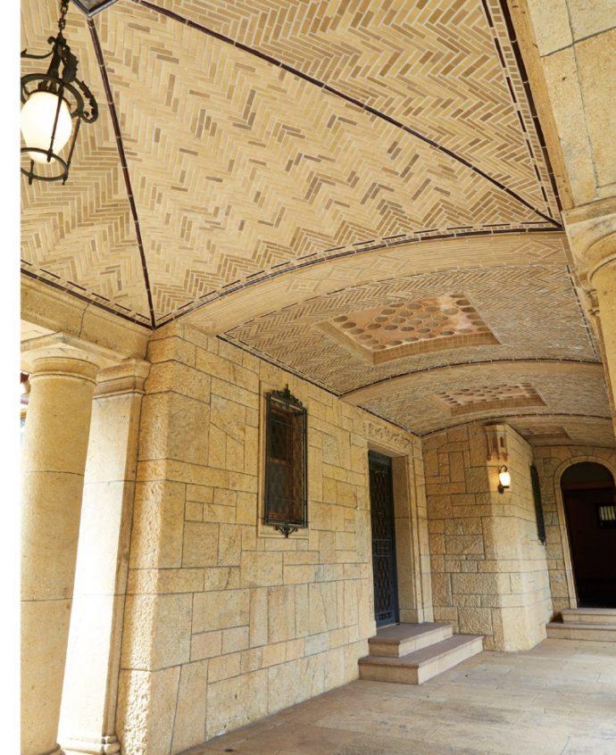 車寄せに続く玄関アプローチの壁には、貴重な黄竜山石が使用されている