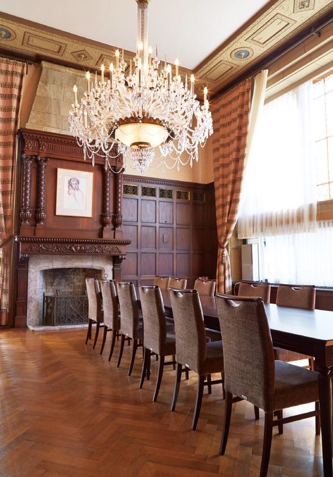 ゲストルーム。南側の窓から差し込む陽光が、豪華な内装を浮き立たせる
