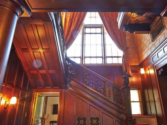玄関ホール。英国のあらゆる建築様式の粋を集め、吹き抜け天井は迫力がある