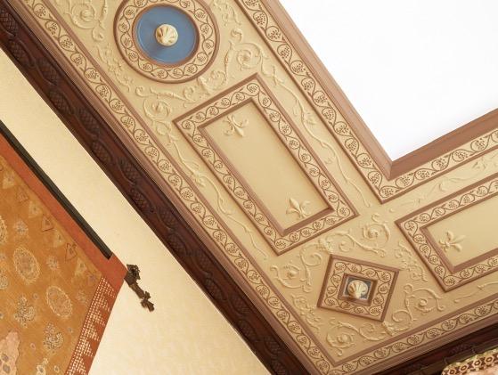 ゲストルーム天井の装飾は、英国中世のマナー・ハウス様式