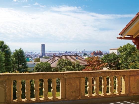 サンルームの3階からは、洋式庭園の先に、神戸の街と海を見通すことができる