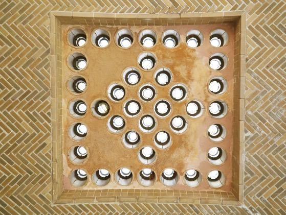 玄関アプローチの天井には、直径10cmほどの採光のための装飾を見ることができる