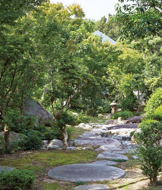 和式庭園。趣のある石燈籠や景石が置かれ、季節の移ろいを感じることができる木々が植えられている