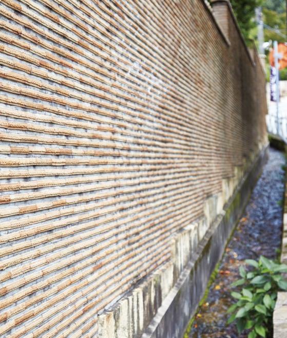 1200坪の敷地を囲む、素焼きのタイルを貼った塀