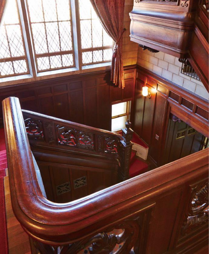 階段の手すりの重厚な意匠は、英国のジャコビアン様式