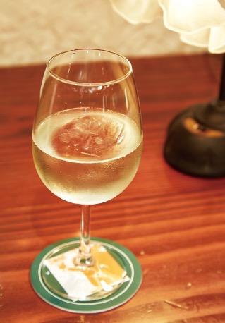 白ワインをソーダで割ったSONEのスプリッツァ