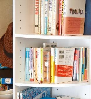 店内には本棚もあります