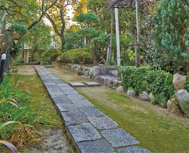 美しく手入れされた庭園に石畳が続く