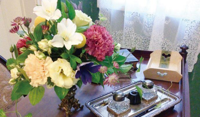 テーブルを彩る花は季節感を生かした色合いで