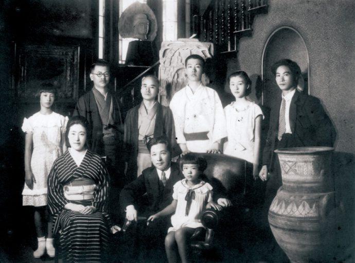 昭和10年(1935)、家族とともに。後列左より2人目が發次郎