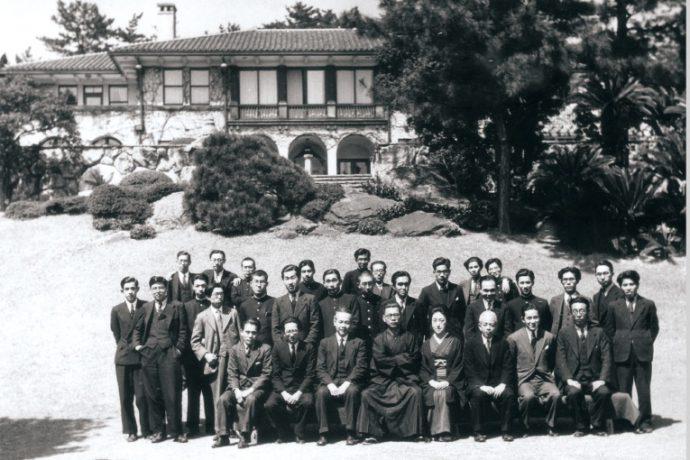昭和15年(1940)、東京帝国大学文学部美学美術史専攻の学生たちとともに。 芦屋の邸宅にて。前列中央が發次郎