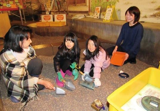 子供も大人も、楽しく発掘や歴史の謎解きを体験できる