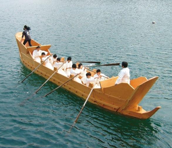 考古博物館に展示されている古代船の進水式。淡路島の古代人もこのような船で航海していたのだろう