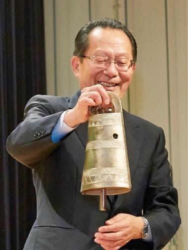 感謝状と銅鐸のレプリカを進呈された、マツモト産業㈱会長の松本康宏さん