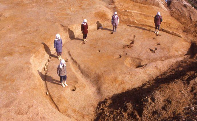 平成3年の二次調査の際に発見された、竪穴式住居の跡。現在は圃場整備のため、見ることはできない