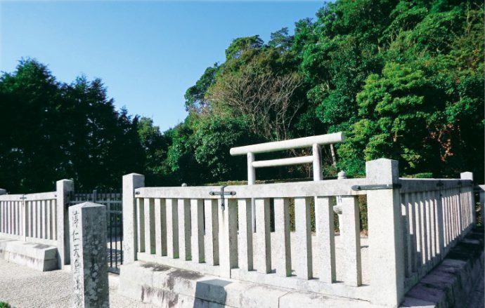 皇位をめぐる争いに巻き込まれ、淡路島に配流された淳仁天皇の陵墓。 近年、一つの謎が生まれている