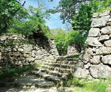石垣の遺構を見ようと、観光客も年々増えている
