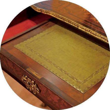 引き出し式のデスクには、18世紀に好まれた緑の革が、美しく装飾され張られている