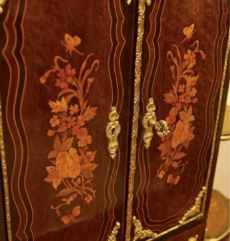 便箋や封筒、カードなどを入れるための 扉部分にも、大切な意味をもつ蝶や鳥、花束がほどこされている