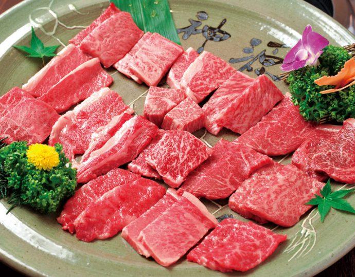 サーロインやヘレなどおなじみの部位から、モミジやヒウチなど稀少な部位まで17種類が一皿に勢揃い。「丸ごと一頭食い」は神戸ビーフのすべてをご賞味いただけます。 丸ごと一頭食い18,500円
