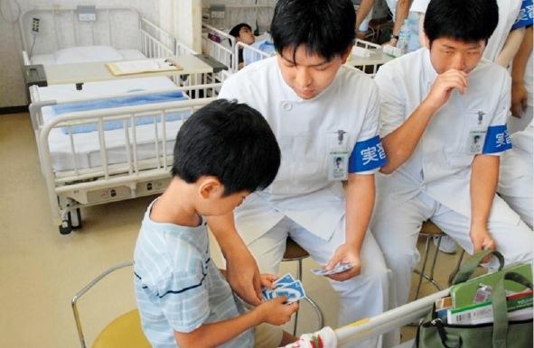 入学後まもない時期に、早期臨床体験実習を行う