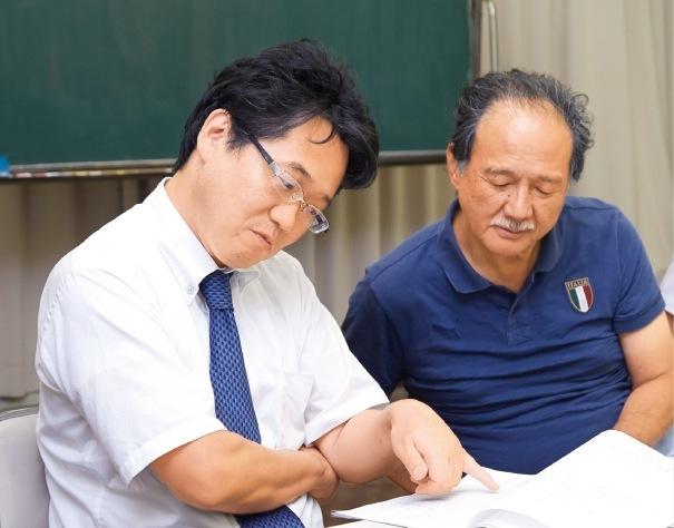 シナリオを書いたのは社会福祉士の木村和弘さん(左) 参加者の意見をもとに台詞を変更していく