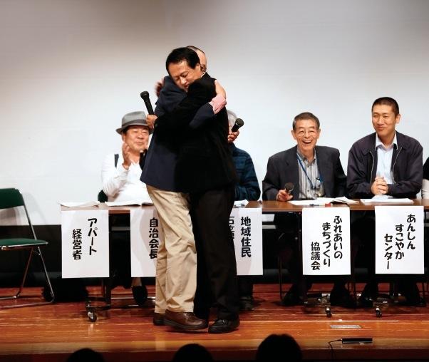 2014年の朝日ホール公演では、竹田元垂水区長(右)も認知症患者役で出演
