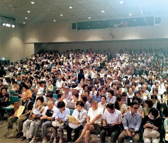 公演を重ねるごとに観衆も増え、大入り満員に