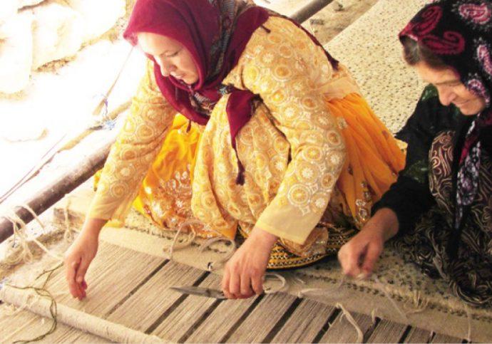 遥か悠久の地で遊牧民の女性たちが「家族の幸せや繁栄」を願い織り上げます。