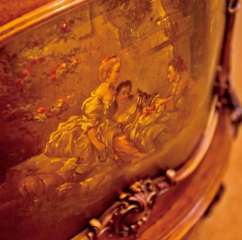 ヴェルニマルタンという18世紀の技法の絵で、風景画と女性や子供、恋人達の図柄が多く描かれている