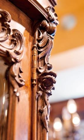 細やかな細工のアカンサスやバラ、スクロール等が施され金箔も見える