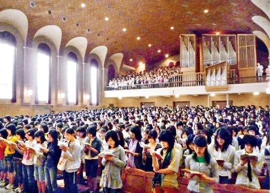 全校生徒が集う毎朝の礼拝
