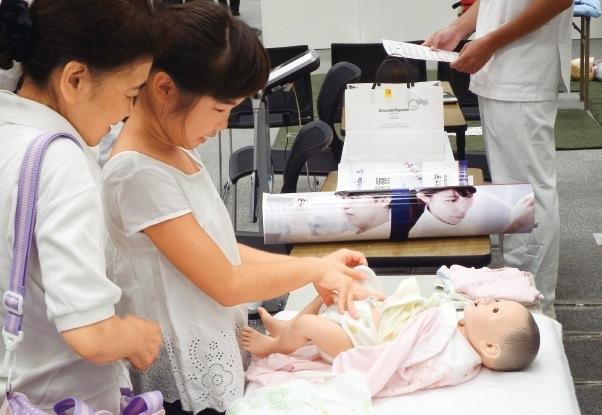 「看護の世界」/乳児の看護を体験してみよう!