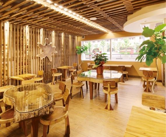 御影店には、木のぬくもりが感じられる喫茶コーナーを併設する