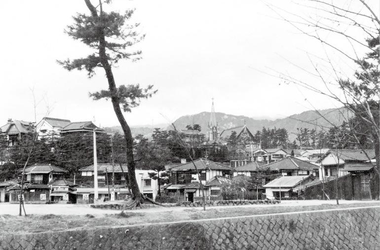 住宅地の中にカトリック夙川教会が見える。昭和29年(1954)頃。西宮市情報公開課所蔵