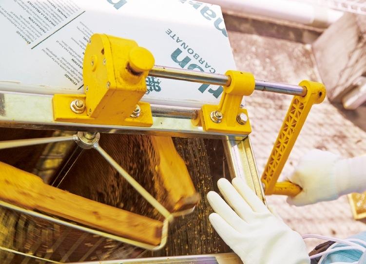蜜板を遠心分離器にかけ、遠心力でハチミツだけを取り出す
