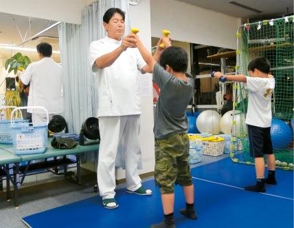 院内で野球の指導をする田村さん