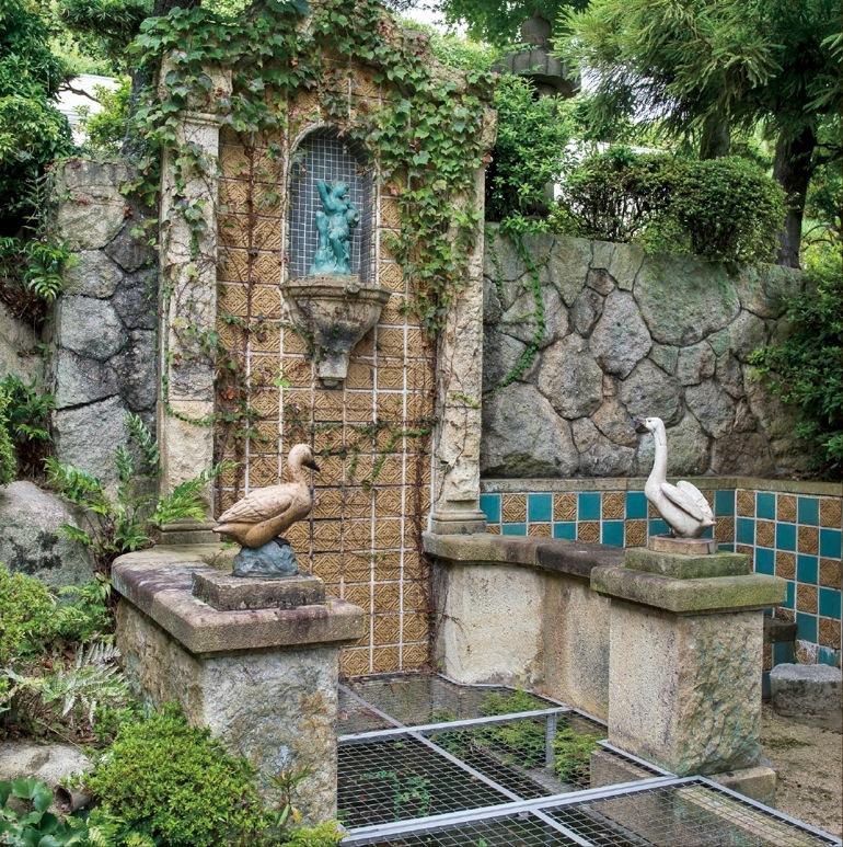 洋風の壁泉から清水が湧き、広大な庭園を潤す