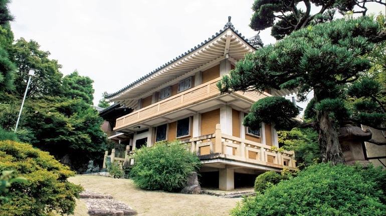 父・萬野裕昭さんは、日本を代表する美術品の蒐集家でもあった。膨大な美術品は収蔵庫で保管された