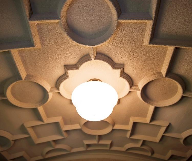 玄関口の天井にも立体的な文様を施した