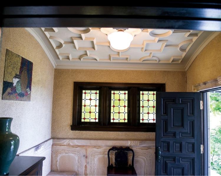 玄関正面の壁には、モザイクのレリーフが埋め込まれている