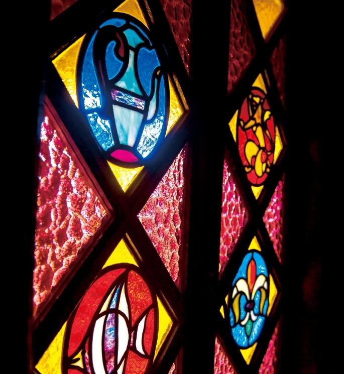 季節や太陽の高さにより、表情を変えるステンドガラス
