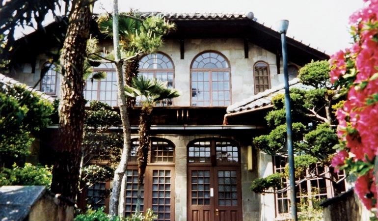 翠ヶ丘を象徴する邸宅であった木村鐐之助邸。鉄平石貼りの壁面には欄間付のアーチ窓が設けられていた 写真提供/福嶋忠嗣氏