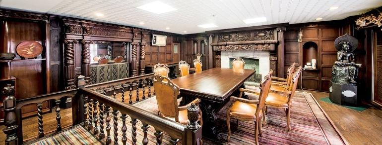 寺田甚吉邸の応接室。設計は建築史にその名を刻む渡辺節。終戦直後は占領軍に接収され、マッカーサー夫人も来邸した(大阪某所 非公開)