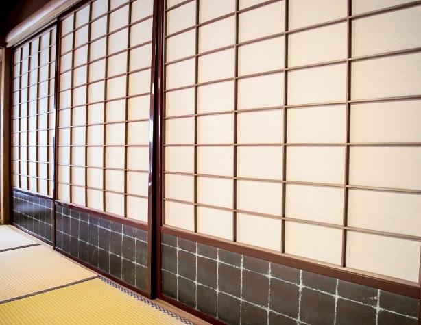 和館障子の幅が広く、その縁は赤漆を塗った。 下部には箔を押している