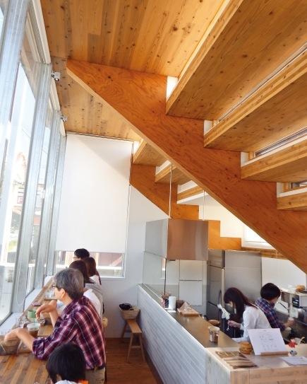 """右上の部分は、外から見るとベンチになっている。""""柱がない""""構造が面白い"""