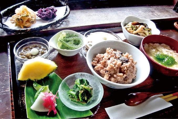 さちばる定食 ¥1,485 地元の新鮮な素材満載のベジタリアン定食。紅芋天ぷらの美しい色、海ブドウのプチプチした食感、ゆし豆腐や緑豆のぜんざい…どれも口福を呼ぶ美味しさ http://yama.hamabenochaya.com/