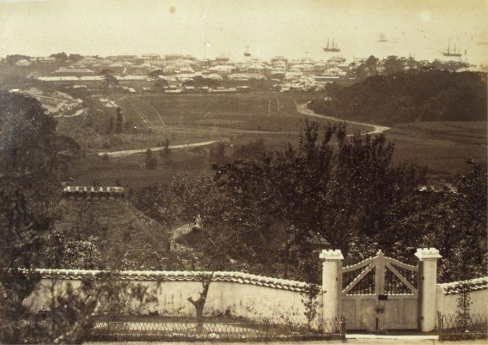 右に見えるのが生田の森(現在の生田神社)、その左にあるのは競馬場。その上には居留地が見える。明治4年。写真提供/横浜開港資料館